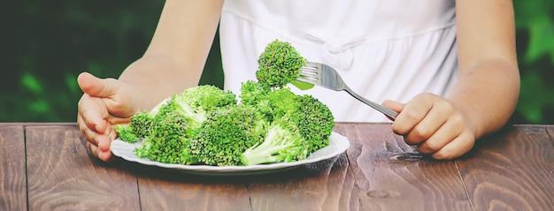 Dziecko je warzywa. letnie zdjęcie. selektywne skupienie