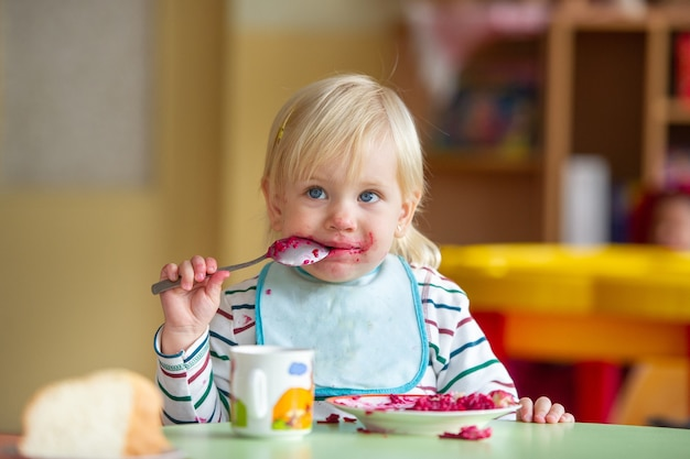 Dziecko je zdrowo w przedszkolu lub w domu i się brudzi