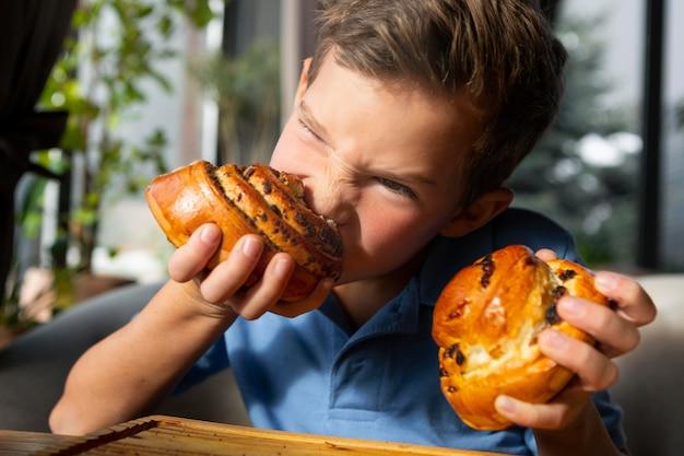 Dziecko jedzenie deseru z bliska