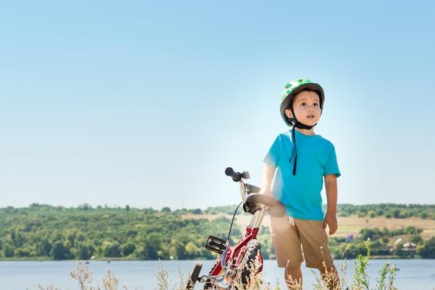 Dziecko jedzie na rowerze.