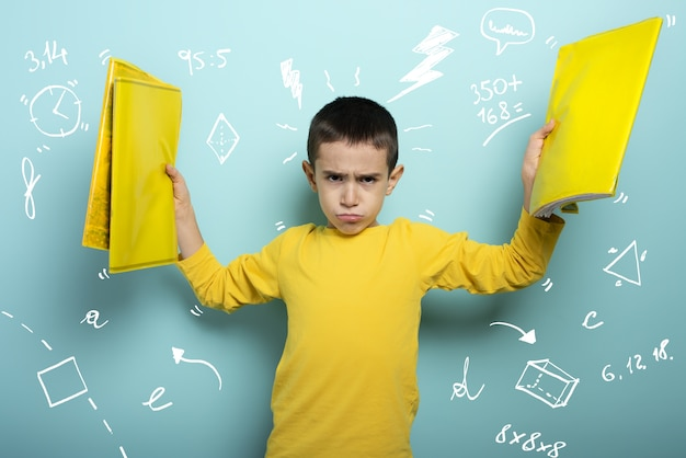 Dziecko jest nieszczęśliwe i wściekłe z powodu zbyt wielu zajęć szkolnych.