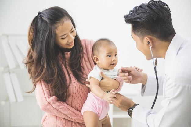 Dziecko jest sprawdzane przez lekarza