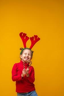 Dziecko jest szczęśliwe i trzyma w rękach lizaki