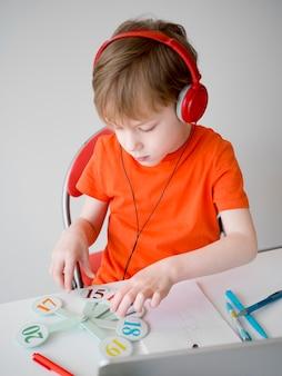 Dziecko jest ubranym hełmofonu e-learningu pojęcie