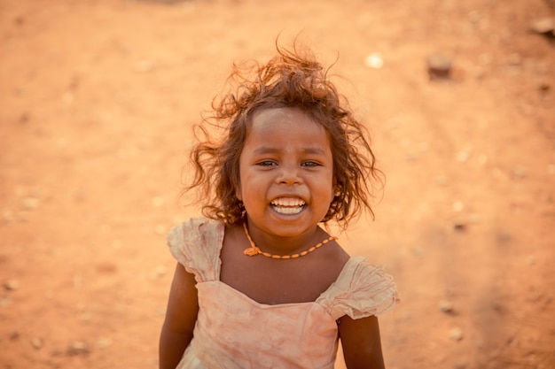 Dziecko jest uśmiechnięte i szczęśliwe, gdy widzi turystów