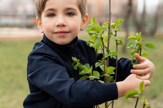 Dziecko jest zadowolone z sadzenia drzewa