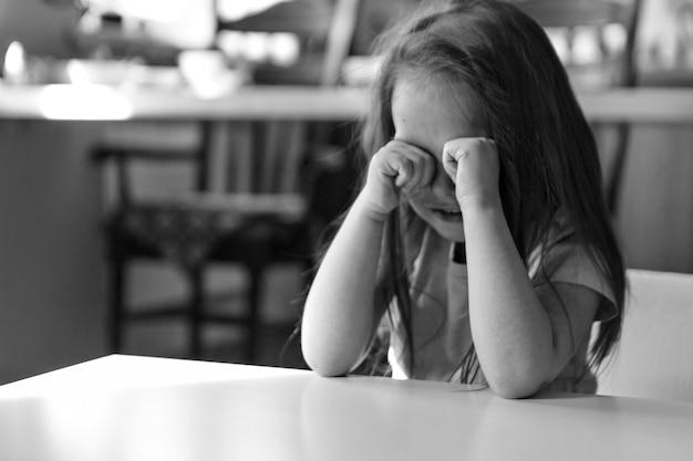 Dziecko Jest Znudzoną, Smutną Twarzą. Dziewczyna Płacze. Pojęcie Dzieciństwa, Dzień Dziecka, Miejsce W Przedszkolu, Zły Nastrój, Areszt Domowy, Nieposłuszeństwo, Rodzicielstwo, Zdenerwowanie, Emocje Premium Zdjęcia