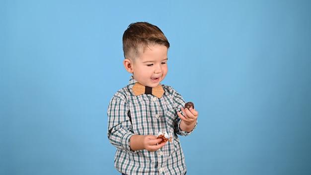 Dziecko kocha cukierki, na białym tle. wysokiej jakości zdjęcie