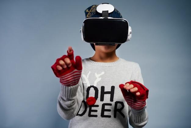 Dziecko korzystające z okularów wirtualnej rzeczywistości