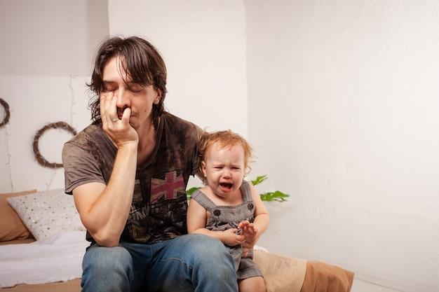 Dziecko krzyczy, histerycznie. rodzic jest poirytowany, zmęczony