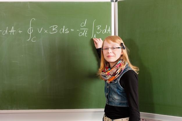 Dziecko lub uczeń przy blackboard w szkole