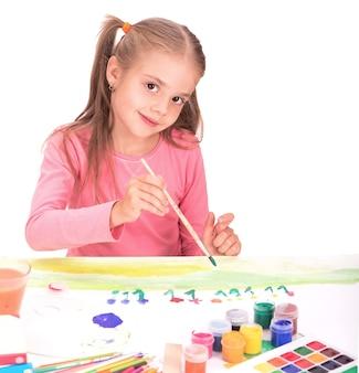 Dziecko mała dziewczynka rysuje farby na białym tle
