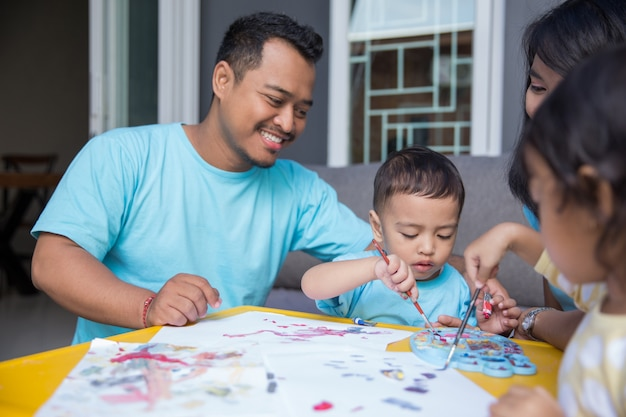 Dziecko malowanie akwarelą z tatą