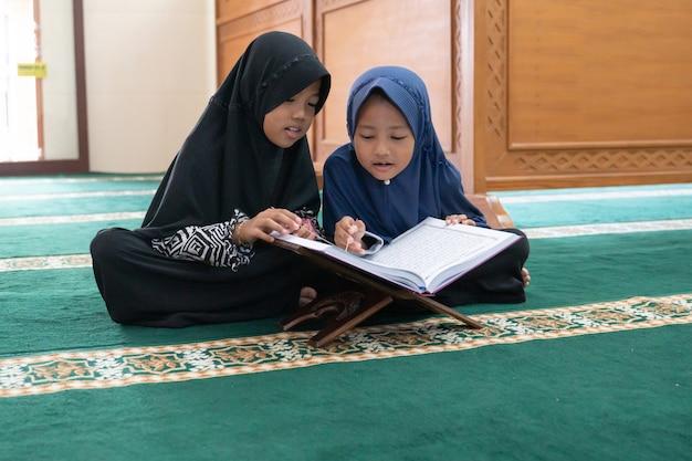 Dziecko muzułmańskie czytanie koranu