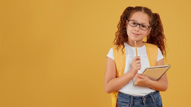 Dziecko myśli i trzymając notebooka kopia przestrzeń