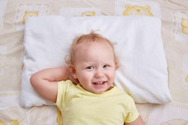 Dziecko na białej poduszce. makieta poszewki na poduszkę.
