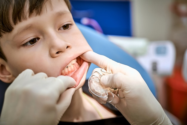 Dziecko na fotelu dentystycznym na wizytę u lekarza.