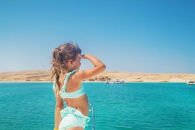 Dziecko na jachcie żeglującym po morzu.