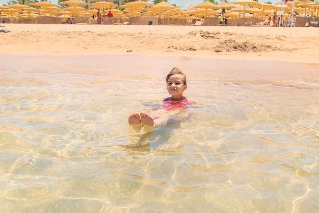Dziecko na morzu, odpoczynek w wodzie