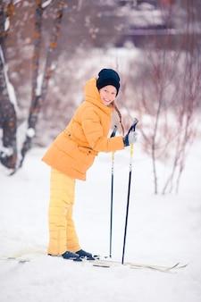 Dziecko na nartach w górach. sporty zimowe dla dzieci.