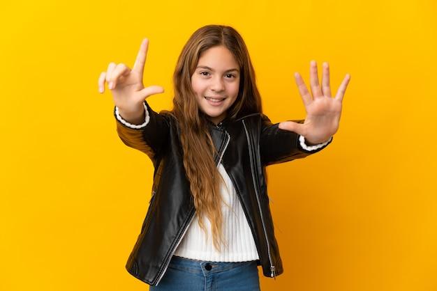 Dziecko na odosobnionym żółtym tle liczące siedem palcami