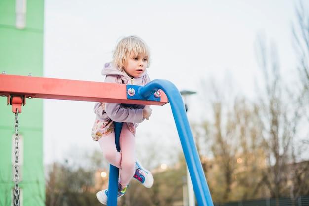 Dziecko na placu zabaw na zewnątrz