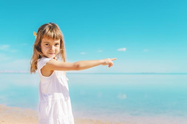 Dziecko na plaży. brzeg morski. selektywne skupienie.