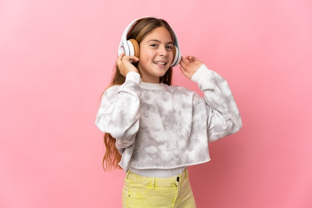 Dziecko na pojedyncze różowe ściany słuchanie muzyki i śpiewu