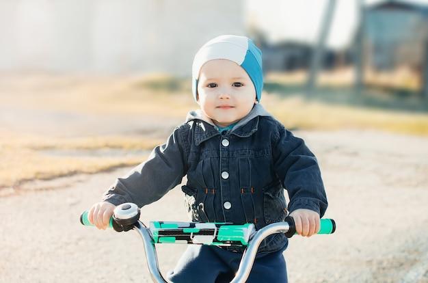 Dziecko na rowerze, na wiosnę słodki mały sportowiec