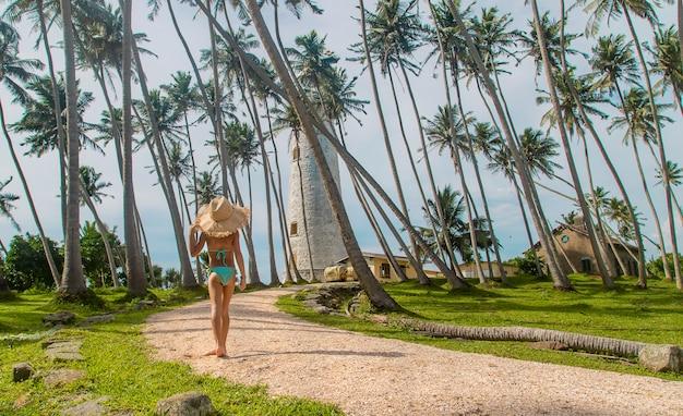 Dziecko na sri lance na wyspie z latarnią morską.