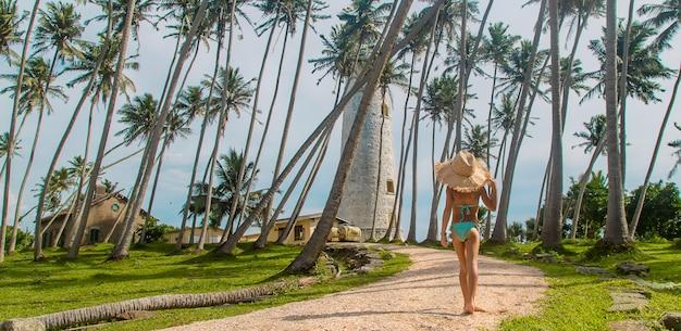 Dziecko na sri lance na wyspie z latarnią morską