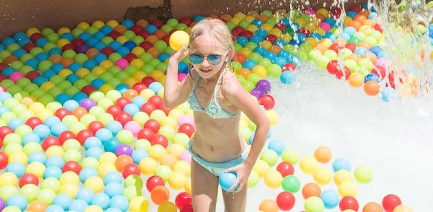 Dziecko na zjeżdżalni w aquaparku. letnie wakacje.