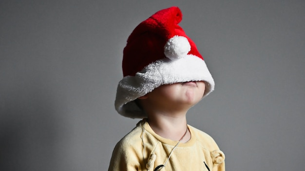 Dziecko naciągnęło na oczy świąteczną czapkę