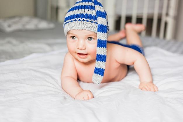 Dziecko nosi pasiasty czapka