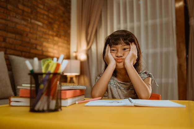 Dziecko nudzi się podczas odrabiania lekcji