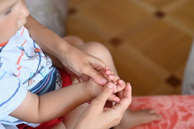 Dziecko oddaje krew do analizy