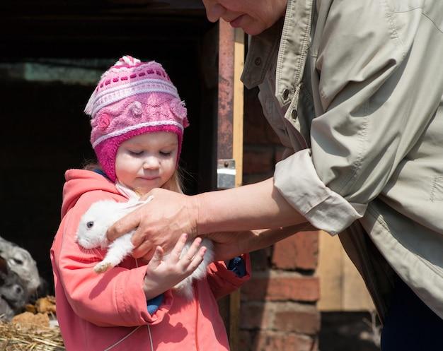 Dziecko oddaje się w ręce królika