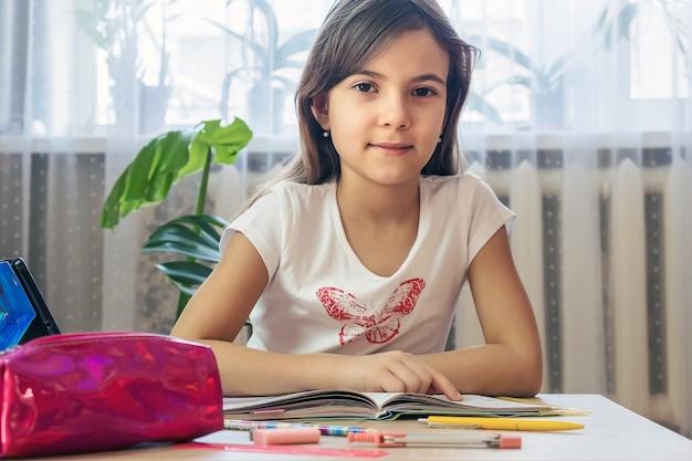 Dziecko odrabia lekcje. selektywna ostrość. ludzie.
