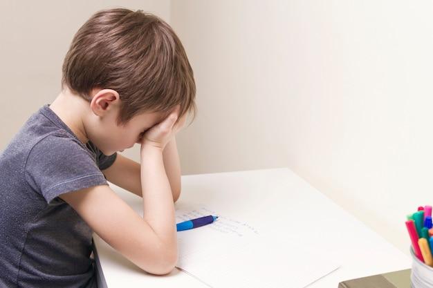 Dziecko odrabiania lekcji w domu