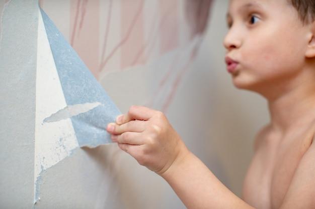 Dziecko odrywa tapetę