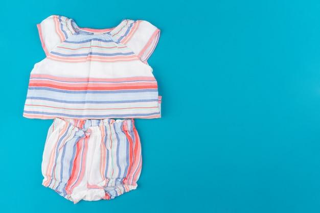 Dziecko odziewa na błękitnego tła odgórnym widoku