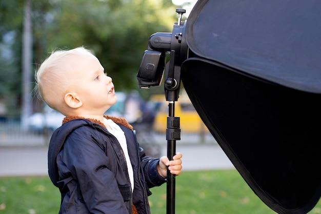Dziecko ogląda lampę błyskową