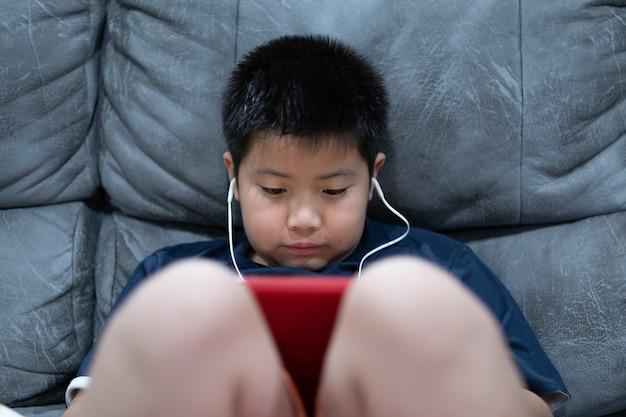 Dziecko ogląda tablet, chłopiec uzależniony od kreskówki