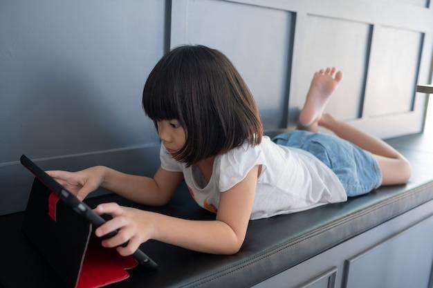 Dziecko ogląda tablet, kreskówka uzależniona od dziecka