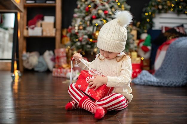 Dziecko otwiera pudełko upominkowe