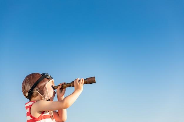 Dziecko patrzy przez okulary morskie. dzieciak zabawy na świeżym powietrzu.
