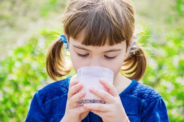 Dziecko pije mleko. selektywna ostrość. dzieci.