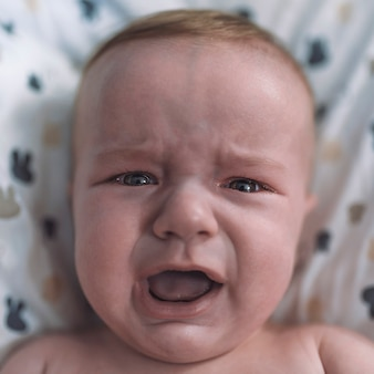 Dziecko, płacz, smutek. płacz chłopca. dziecko krzyczy.