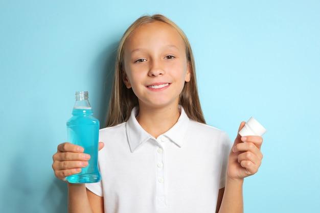 Dziecko płucze usta płynem do płukania jamy ustnej zdrowie jamy ustnej u dzieci