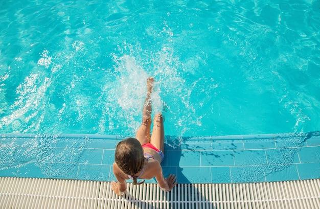 Dziecko pływa i nurkuje w basenie. selektywne skupienie. natura.